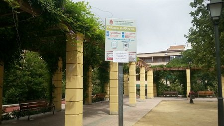 La plaza se ha llenado de carteles contrarios a la construcción del parking.