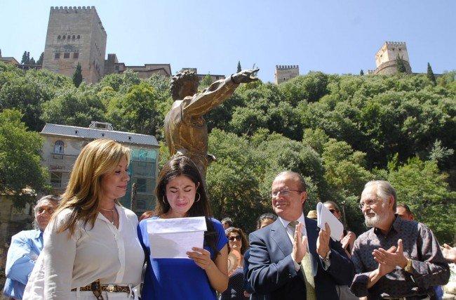 La viuda y la hija de Mario Maya, junto al alcalde en funciones y el escultor, en el tributo al bailaor. Foto: J. Algarra