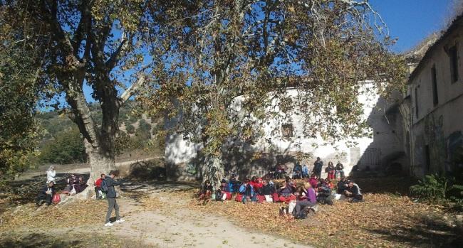 Un grupo de senderistas descansa en el exterior de la hacienda cortijo Jesús del Valle.