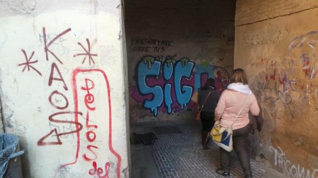 La pintada que se al fondo del Arco de las Pesas ha llevado a los vecinos a solicitar videocámaras.