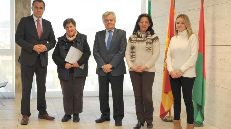 representantes de cajagranada y adultos cartuja tras la firma del convenio