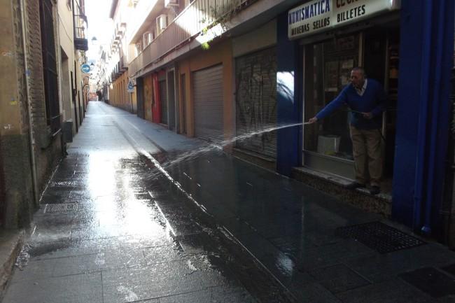 Mariano, de la Numismática El Galéon, limpiando su tramo de calle. Foto: GiM.