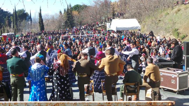 Uno de los grupos rocieros ameniza con baile y música la explanada de la abadía donde se concentraron cientos de personas.