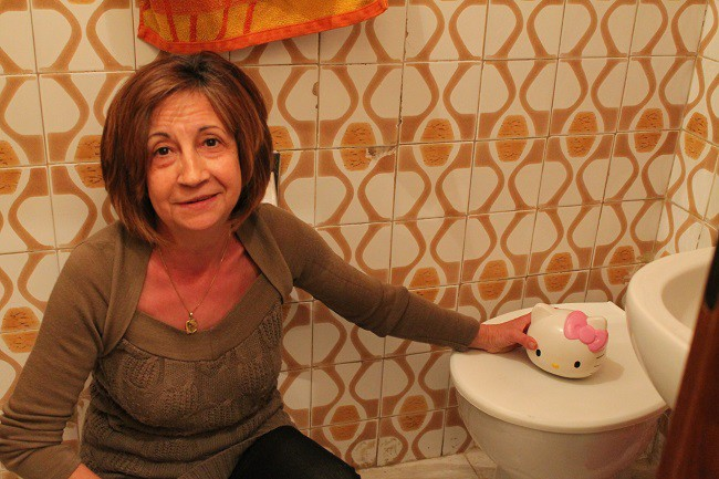 Pepi Soto muestra la singular cancerbera que han colocado en el baño para que las ratas no se cuelen por el váter.