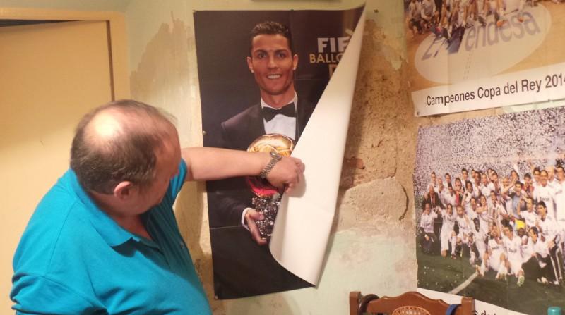 Manuel enseña un desconchón tras un póster de Cristiano Ronaldo.