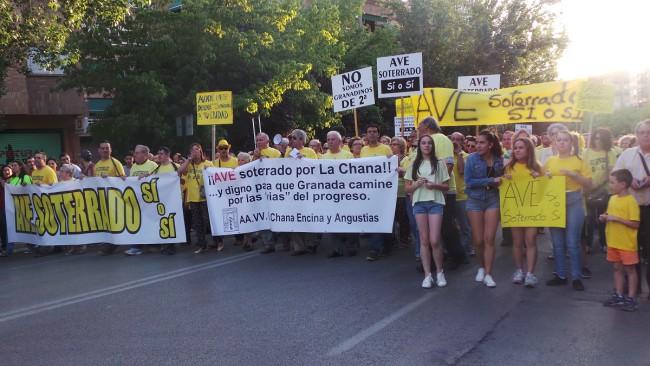 Los vecinos de La Chana han vuelto a vestirse de amarillo contra el muro del AVE que dividirá el barrio.