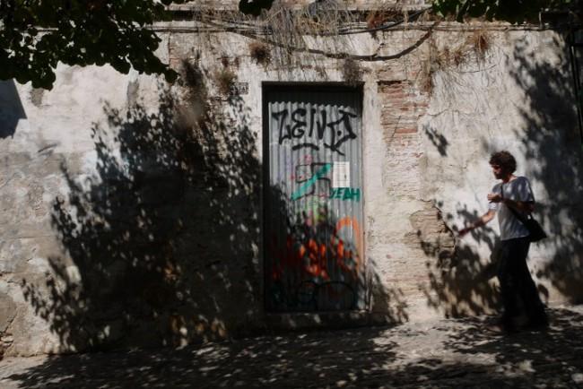 Pintadas en una casa medio derruida de la calle Placeta de Santa Inés Alta (Foto: Manuel Yeste)